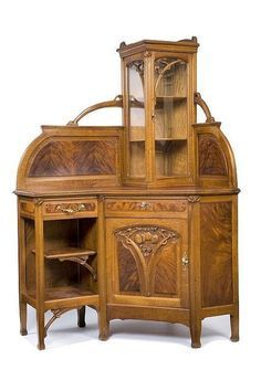 Léon Bénouville (1860-1903) (Attributed) - Corner Vitrine/Cabinet. Carved Mahogany and Glass with Gilt Bronze Hardware. France. Circa 1900.