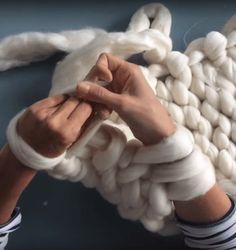 Breien zonder naalden kan. Arm breien heet deze breitechniek. Het enige dat je daarvoor nodig hebt is wat wol en je armen. Het is heel eenvoudig, kijk maar. #armbreien #breien