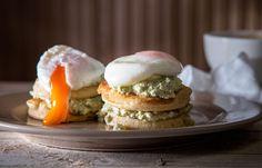Αλμυρά Pancakes με γουακαμόλε και αυγά ποσέ Salmon Burgers, Hamburger, Brunch, Eggs, Cooking, Breakfast, Ethnic Recipes, Food, Kitchen