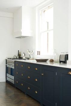 15 Ideas for light wood kitchen cabinets black appliances Devol Shaker Kitchen, Devol Kitchens, Shaker Style Kitchens, Home Kitchens, Kitchen Interior, New Kitchen, Kitchen Design, Kitchen Wood, Kitchen White