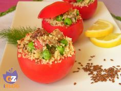 Pomodori ripieni di cous cous, con tonno, piselli e semi di lino. Ottimo piatto freddo molto scenografico.