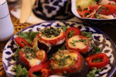 Patlıcan Salatası (Bademjan) Özbek geleneğinde, bir yemek genellikle maydanoz garnitür ile serpilir Yeşiller bir yatakta taze dilimlenmiş patlıcan, turp ve biber birleştiren bu çanak gibi, salata meze çeşit ile başlıyor. Söylemeye gerek yok, çoğu Özbek yemekleri aile tarzı ortak olmak içindir.