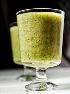 Dziś coś do picia. W smaku koktajl - smoothie nieco zaskakujący, bo kwasek cytryny pięknie przełamał słodycz owoców. Na co? Na śniadanie, a dokładniej na obudzenie się. Ewentualnie na drugie śniadanie. Takie zielone koktajle to skarbnica przeciwutleniaczy. Bogactwo witamin i eksplozja smaku. Ojej - zaczynam bredzić. Kończę zatem i przechodzę do konkretów! Czego potrzebujesz? Blendera… Easy Healthy Smoothie Recipes, Smoothie Drinks, Nutribullet, Lemonade, Cocktails, Food And Drink, Low Carb, Tableware, Desserts