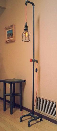 lamp met buizen en strijkijzersnoer