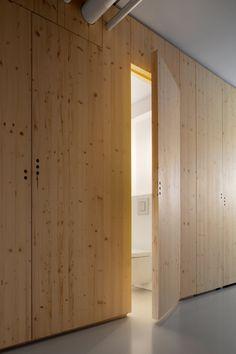 Další možné řešení vstupu do domácích prací a na WC. Ve stejném materiálu pak řešení vestavné skříně s posuvnými dveřmi na chodbě.