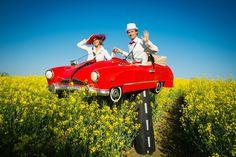 Der kleine rote Flitzer auf Stelzen hier im Rapsfeld. Das rote retro Cabriolet ist einer Klassiker von Björn de Vils Stelzentheater. DIe Stelzenläufer sind Walkacts, die zu allen möglichen Events passen. Das rote Oldertimer- Cabrio könnte zum Beispiel besonders zu Events rund ums Auto gebucht werden.