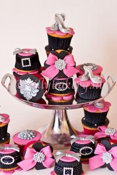 Glamour cupcakes Elegant Cupcakes, Fancy Cupcakes, Yummy Cupcakes, Decorated Cupcakes, Pretty Cakes, Beautiful Cakes, Amazing Cakes, Cupcake Bakery, Cupcake Cookies