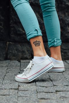 Do you want to have a fresh tattoo look? Do you want to have a tattoo that is fun and flirty? Then you should try the ankle tattoo. As we know, ankle is the sex Anklet Tattoos, Bff Tattoos, Cute Tattoos, Beautiful Tattoos, Tatoos, Woman Tattoos, Crown Tattoos For Women, Ankle Tattoos For Women, Simple Ankle Tattoos
