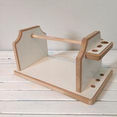 Suporte para facilitar o manuseio do novelo / rolo de fio de malha ou barbante ao fazer tricô ou crochê.    É em Mdf e tem suporte para agulhas e tesoura.