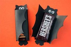 Check out these Halloween Candy Bar Covers!on her page - search halloween candy bar covers for printable cutouts). Dulces Halloween, Bonbon Halloween, Diy Halloween Treats, Theme Halloween, Manualidades Halloween, Halloween Goodies, Holidays Halloween, Halloween Crafts, Holiday Crafts