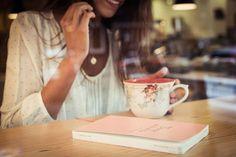 El Diario de la novia, de Petite Mafalda, te ayuda a preparar tu boda paso a paso, y evitar preocuparse (o mejor dicho, ocuparse) de algunas cosas que pueden dejarse para más adelante. Mas de 180 paginas y portadas efecto napa, tiene el tamaño perfecto para llevar en el bolso y apuntar tus citas, ideas, presupuestos, listas de invitados, inspiración...¡y un montón de cosas más!
