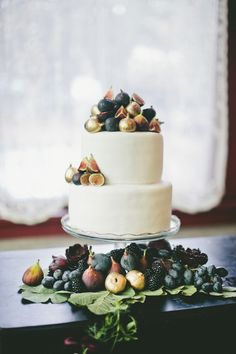 Fig and gold #wedding cake  | Onelove Photography | see more on:  http://burnettsboards.com/2014/03/fig-gold-wedding-coolest-bar/