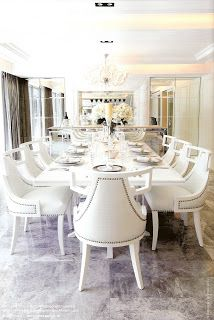 Magnificent scale - would love to have a family christmas round this table. LOVE IT