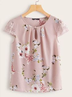 To find out about the Floral Print Keyhole Neck Guipure Lace Sleeve Top at SHEIN, part of our latest Blouses ready to shop online today! Blouse Styles, Blouse Designs, Floral Tops, Pastel Floral, Looks Plus Size, Mode Outfits, Lace Sleeves, Printed Blouse, Blouses For Women