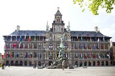Zo zag u het stadhuis nog nooit. Het indrukwekkende stadhuis in renaissancestijl werd ontworpen door architect Cornelis Floris De Vriendt en gebouwd tussen 1561 en 1564.