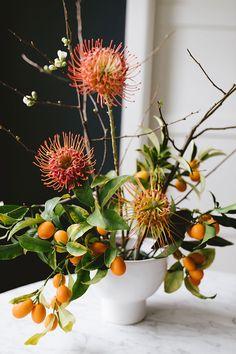 Wedding Flower Arrangements a modern springtime centerpiece with kumquats Diy Centerpieces, Centerpiece Flowers, Fresh Flowers, Beautiful Flowers, Wild Flowers, Flowers For Everyone, Unique Flower Arrangements, Flower Installation, Inside Plants