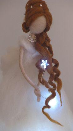 Hermoso ángel de la Navidad o hadas, aguja de fieltro de fina merino. Decoración casa de lujo para vacaciones de invierno. El Ángel tiene luces LED en el interior, así que ella creará un ambiente acogedor durante largas noches de Navidad así. Las alas son de fieltro de lana de distinto