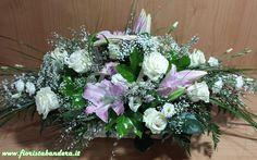 Composizione di fiori in cesto per nascita con Lilium orientale lisianthus rose  ginestra e verdi di complemento.