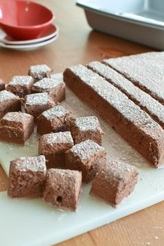 Homemade Chocolate Marshmallows - She Bakes Here Fluffy, soft, homemade chocolate marshmallows that are free of corn syrup. These little guys are delicious sandwiched between two graham crackers. Recipes With Marshmallows, Homemade Marshmallows, Chocolate Marshmallows, Homemade Candies, Homemade Crackers, Chocolate Tarts, Chocolate Fudge, Delicious Chocolate, Delicious Food
