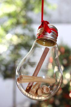 Reutiliza ampolletas como adornos navidadeños! Ésta es la abstracción de los productos que vende Kruz: Mobiliario de maderas nobles chilenas, iluminación y deco. Decoración de la vitrina realizada con productos reciclados de la tienda.