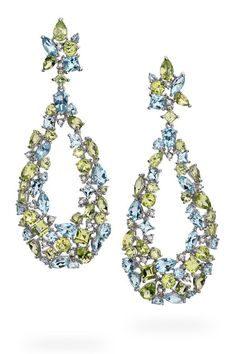 Pendientes con numerosas piedras preciosas multicolor sobre oro blanco, de Brumani