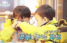 Daehan feeding Manse with water   The Return of Superman