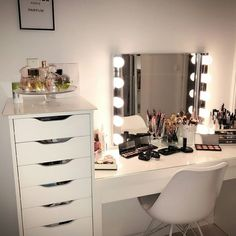 30 Clever Ways to Use Small Space for Dressing Table with mirror Bedroom Decor For Teen Girls, Teen Room Decor, Room Ideas Bedroom, Rooms Home Decor, Home Bedroom, Bedrooms, Makeup Room Decor, Pretty Room, Aesthetic Room Decor