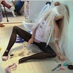 drunk barbie Barbie Funny, Bad Barbie, Barbie And Ken, Barbie Humor, Barbie Diorama, Bad Girls Club, Valley Of The Dolls, Barbie Collector, I Love To Laugh