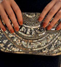 Glitzertasche von More&More Passend zum dezenten Kleid ist diese Tasche von More & More (39,99 €) ein Must-have und kann dich durch das ganze Partyjahr begleiten. #moremore #tasche #glitzertasche #glitzer #musthave #party #outfit #magmag #mode #lifestyle #streetstyle #trends #musthaves