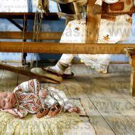 Slovenka Monika fotí 10-dňové bábätká v Slovenských krojoch