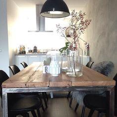 Heerlijk zo met de zondat beloofd weer een mooie dag vandaag! Fijne dag..hebben jullie nog plannen voor vandaag? #scandicinterior#interiør#eetkamer#gigameubel#kringloopgeluk#rozenbottel#loods5inhuis#loods5#kitchen#spruitjeamsterdam#vacht#grijs#betonmuur#showhometop5#cactus by aarnsrianne