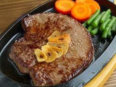 「肉をガッツリ食べたい!」そんな衝動に駆られる日はあるものです。でもボリュームのある肉料理はちょっと面倒で、つい外食に頼りがち。そんなあなたにおすすめの、自宅で簡単に作れて美味しいガッツリ肉料理レシピ10選をお届けします。自宅でがっつり調理して、トコトン肉を味わいつくしましょう!