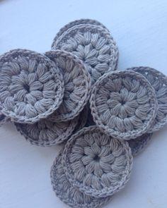 En lille bunke vatrondeller.. Skal have lavet mange flere // Some makeup remover pads.. I only need to make a lot more #hækle#hæklet#vatrondel#hækledevatrondeller#crochet#crochetersofinstagram by nordic.knits