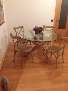 Pata de madera maciza con tono nogal Wishbone Chair, Dining Table, Furniture, Home Decor, Dining Room Furniture, Wood Tables, Solid Wood, Hue, Crystal