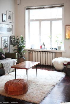sohva,sohvapöytä,50-luku,olohuone,olohuoneen sisustus,olohuoneen matto,jugend,lautalattia,lampaantalja,pouf,nahkarahi,talja