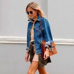 street-style-look-vestido-nude-jaqueta-jeans-parka-amarrada-cintura-bolsa-gucci-caramelo-avarca-preta-crop