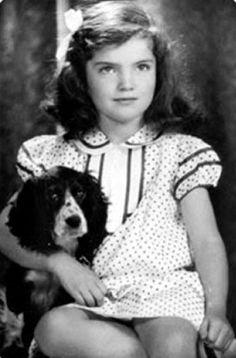 Una jovencita llamada Jackie Kennedy, con su mascota.