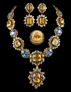 Yafa Jewelry - MAGNIFICENT VAN CLEEF & ARPELS Parure of flower bursts of superb Golden Sapphires and Cornflower Blue Sapphires, surrounded by blue sapphires, diamond and emeralds 1970 Gems Jewelry, High Jewelry, Jewelry Sets, Jewelry Accessories, Jewelry Necklaces, Jewelry Design, Bling Jewelry, Jewellery, Pandora Jewelry