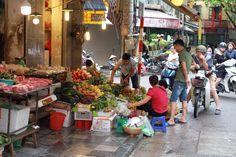 Når man skal handle i Hanoi og søger noget specielt, så skal man vide hvilke varer der handles hvor. Gaderne er lidt som et stormagasin, hvor nogle gader samler handlende med fødevarer, andre har værktøj, sko eller køkkenudstyr. Vi besøgte blandt andet Gia Ngu street som er det lokale sted for fødevarer. #marked #Vietnam