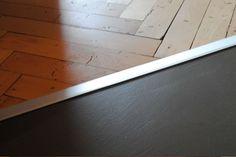 Attacco del pavimento in resina e del pavimento in parquet