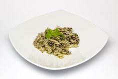 Fusilli Riso di Pasta con Caviale del Centa Sommariva, mentuccia e olio evo Cru Maina. Il Caviale del Centa è una crema a base di ingredienti tipicamente liguri: olive taggiasche, acciughe e capperi.