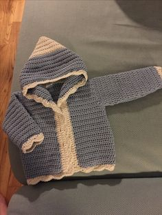 Hæklet cardigan med hætte! Crochet Baby Cardigan, Knit Crochet, Chrochet, Baby Knitting, Baby Barn, Crochet For Kids, Baby Sewing, Crochet Clothes, Baby Kids