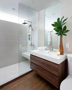 salle de bains avec une douche italienne, carrelage gris et un grand miroir:
