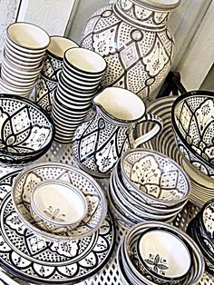 It's a dream for people who want have kitchen look rustic and comfortable design. These bohemian kitchen gallery have a lot of common option for decorations and design elements. Bohemian Kitchen Decor, Bohemian Decor, Bohemian Chic Home, Kitchen Rustic, Country Kitchen, Black And White Dishes, Black White, White Home Decor, Moroccan Style