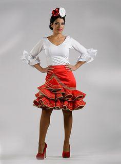 Faldas Rocieras  Zingara de talle bajo con subida lateral, cuenta con un encaje de color camel al cominezo de los volantes, en cada volante cuenta con dos piculinas y rematado con encaje de bolillos en color camel, tiene un total de dos volantes. #faldasflamencas #faldasrocieras #elrocio http://www.elrocio.es/moda-flamenca-2015-trajes-de-flamenca/2192-faldas-rocieras-zingara.html