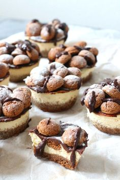These small cheesecakes are perfect for Sinterklaas because they are made with p . Köstliche Desserts, Delicious Desserts, Yummy Food, Cupcake Recipes, Cupcake Cakes, Dessert Recipes, Mini Tortillas, Mini Cheesecakes, Chocolate Recipes