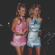 Pin for Later: 37 Iconic Costumes to Inspire Your Halloween Plans Romy and Michele Retro Halloween, Pair Halloween Costumes, Original Halloween Costumes, Easy College Halloween Costumes, Celebrity Halloween Costumes, Trendy Halloween, Theme Halloween, Halloween Outfits, Happy Halloween
