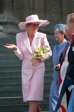 March Princess Diana with the rest of the royal family at Easter service at Windsor Church. Diana wearing a pink and white gingham coatdress and matching hat. Princess Diana Photos, Princess Diana Fashion, Princess Diana Family, Royal Princess, Princess Charlotte, Princess Of Wales, Kate Middleton, Estilo Real, Lady Diana Spencer