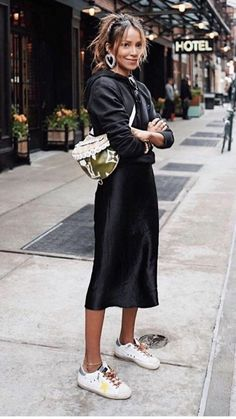 Black Dress Outfits, Skirt Outfits, Casual Dresses, Casual Outfits, Style Casual, Midi Dresses, All Black Outfit Casual, Slip Dress Outfit, Midi Skirt Outfit