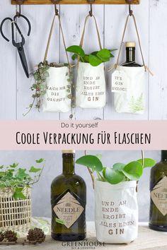 (enthält Werbung) Diese Geschenkverpackung für Gin- Flachen ist nicht nur einzigartig schön, sondern auch ein tolles Pflazgefäß zum Aufhängen für Kräuter und andere Pflanzen. Mit einem frechen Gin Spruch ein richtig tolles Geschenk, nicht nur zu Weihnachten. Die ausführliche Anleitung für die Verpackungsidee findest du auf meinem Blog